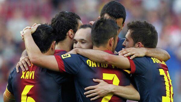 Футболисты Барселоны поздравляют Андреса Иньесту с забитым мячом в ворота Малаги