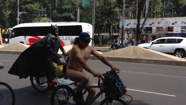 Сотни обнаженных велосипедистов проехали по Мехико