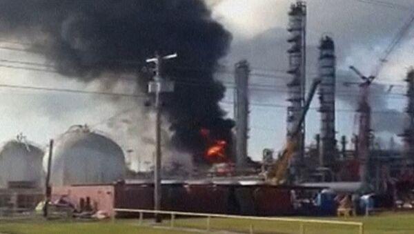 Огонь и дым после взрыва на химзаводе в Луизиане. Съемка очевидца