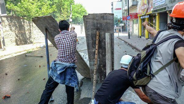 Столкновения демонстрантов с полицией в Стамбуле. Архивное фото