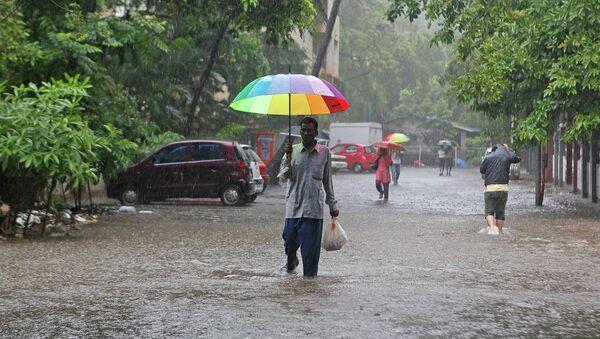 Мужчина с зонтом, Индия. Архивное фото