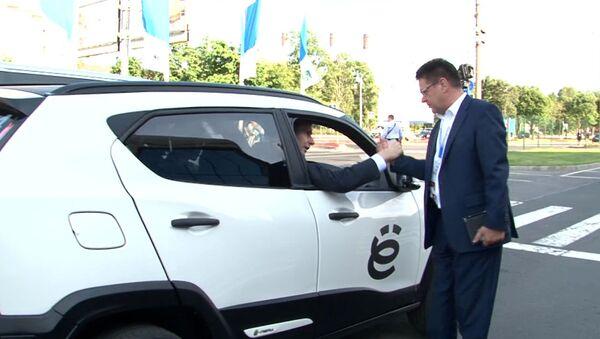 Прохоров на ПМЭФ прокатился на Ё-мобиле и пригласил коллегу на дискотеку