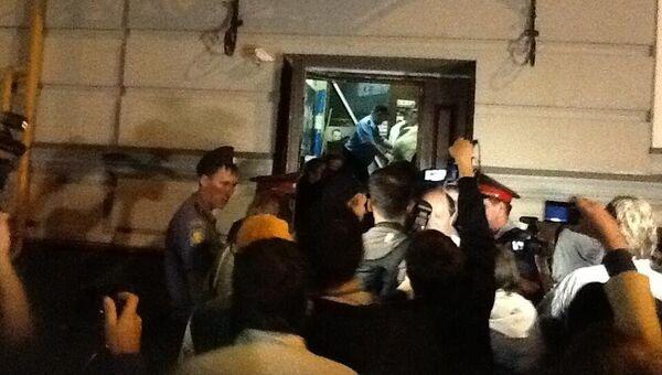 Полиция взяла штурмом офис движения За права человека