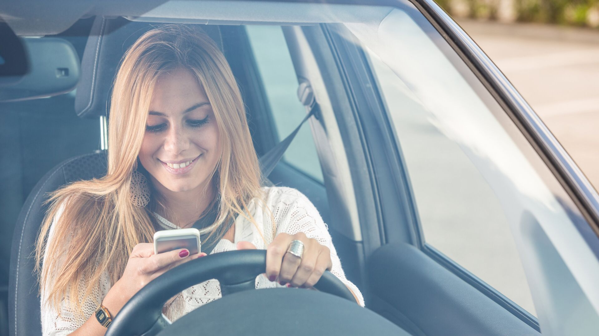 Девушка пользуется мобильным телефоном за рулем автомобиля - РИА Новости, 1920, 22.07.2021