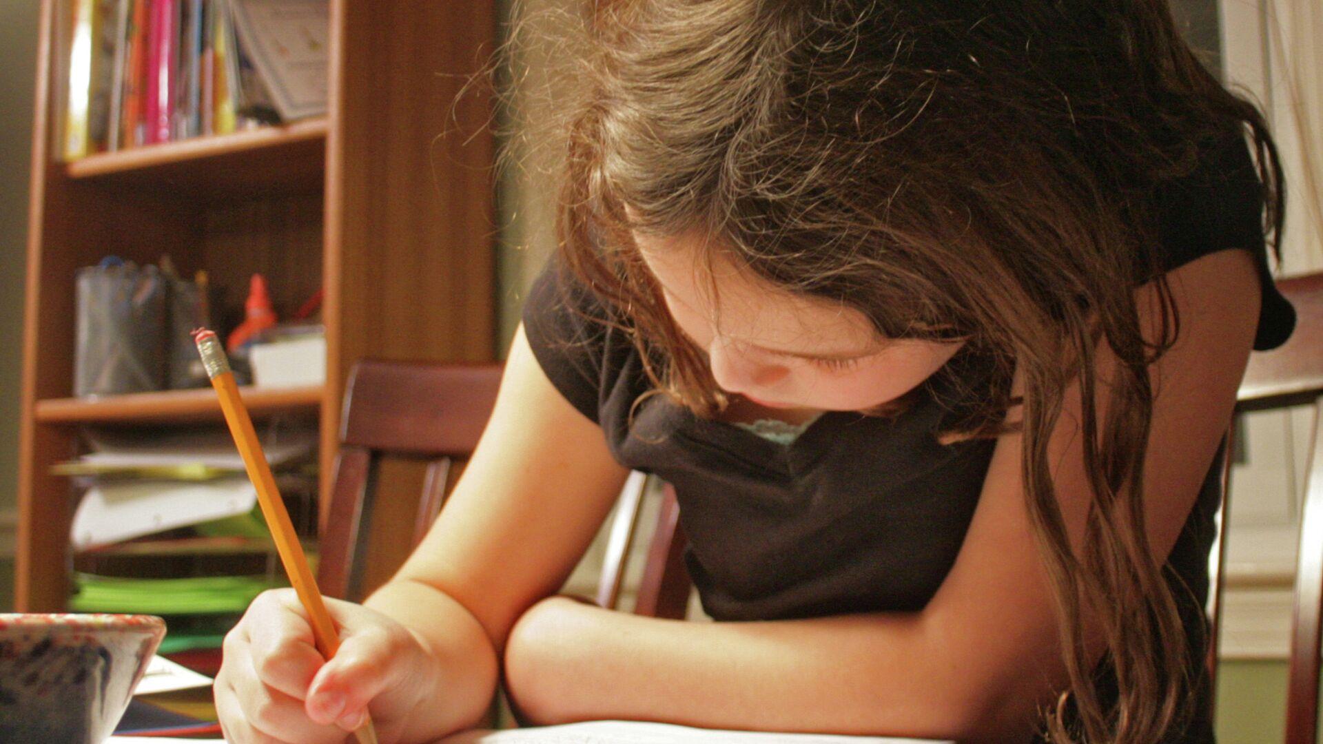 Девочка делает домашнее задание - РИА Новости, 1920, 26.02.2021