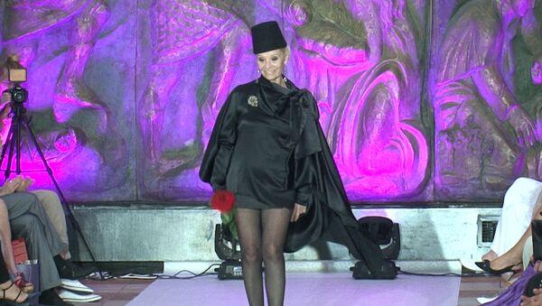Звезда кино 70-х Светличная открыла показ Русского силуэта выходом в мини