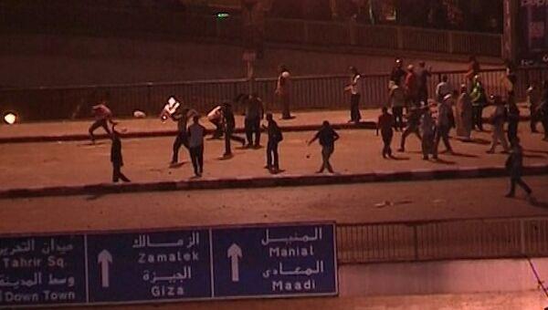 Сторонники и противники Мурси кидали друг в друга камни и бутылки в Каире