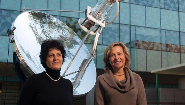 """Изобретатели солнечной """"пароварки"""" – Наоми Халас (справа) и Оара Нойманн (слева) на фоне своего детища"""