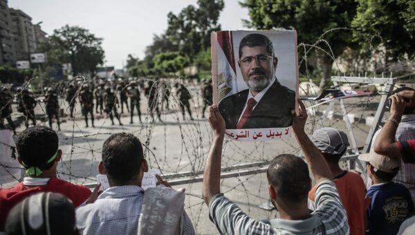 Солдаты стоят в оцеплении вокруг штаба республиканской гвардии Египта на площади Тахрир