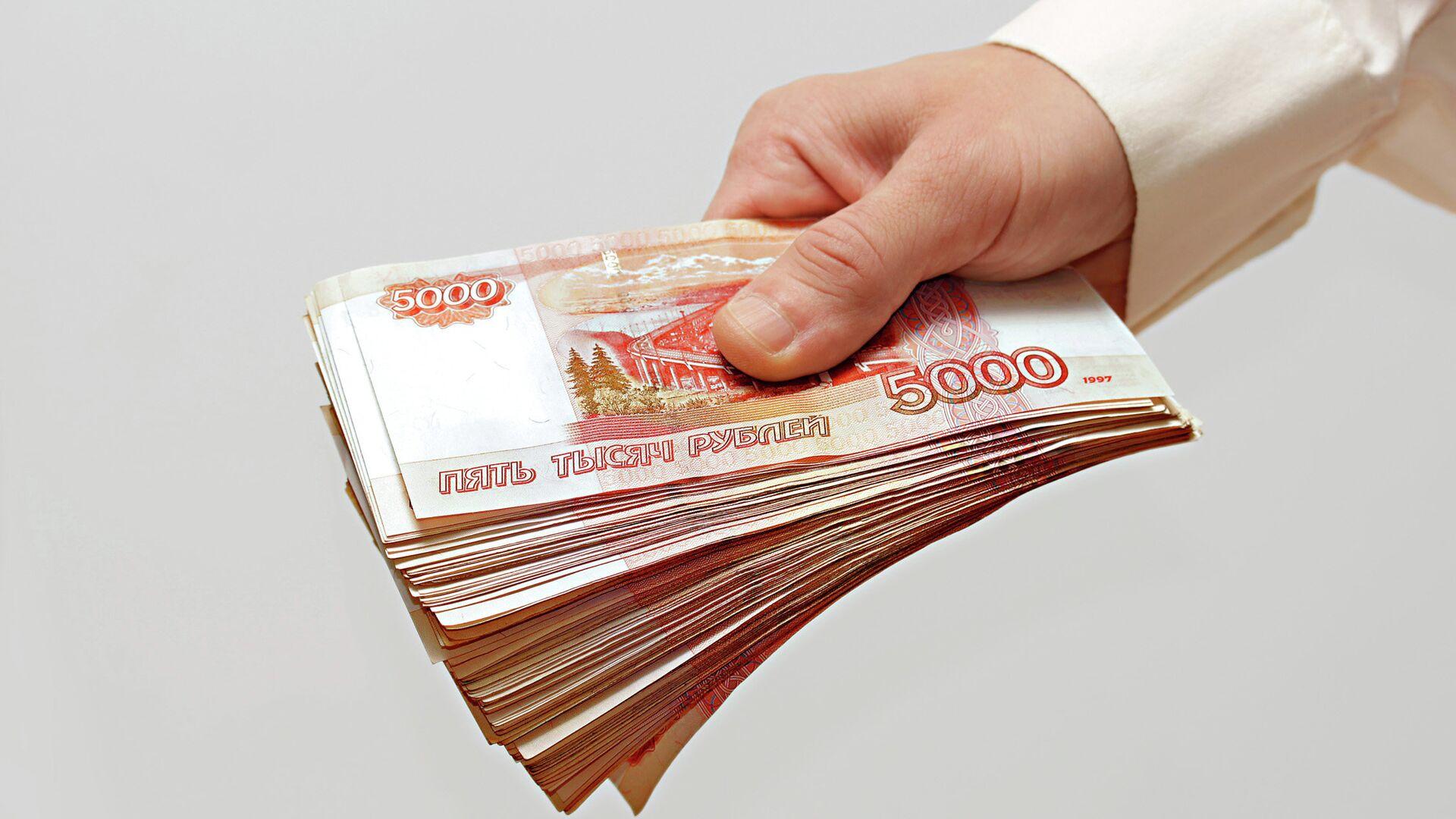 Мужчина протягивает деньги - РИА Новости, 1920, 10.11.2020