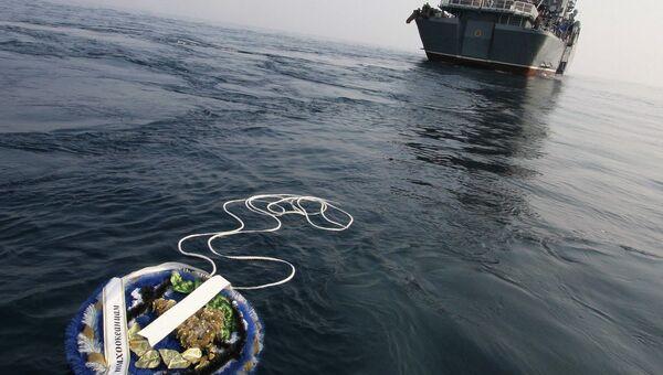 Спуск венка с крейсера Варяг в Цусимском проливе в память о погибших моряках. Архивное фото