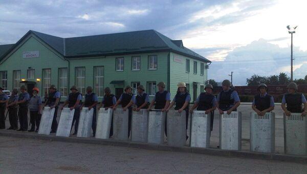 Полиция охраняет вокзал Пугачева от местных жителей, пришедших перекрыть железную дорогу