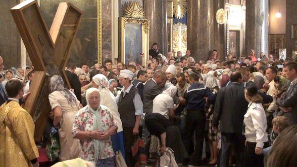 Сотни верующих пришли поклониться Андреевскому кресту в Санкт-Петербурге