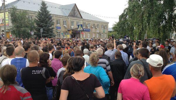 Участники несанкционированного народного схода против мигрантов в Пугачеве