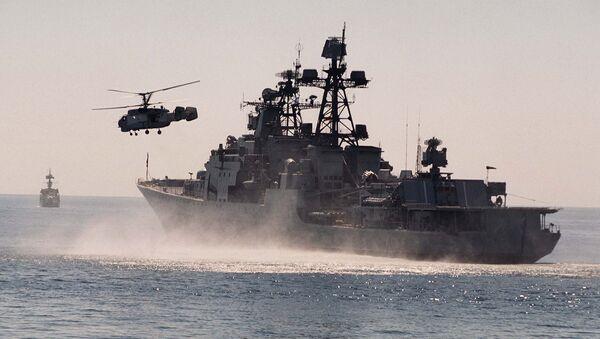 Вертолет и БПК Адмирал Трибуц Тихоокеанского флота. Архивное фото