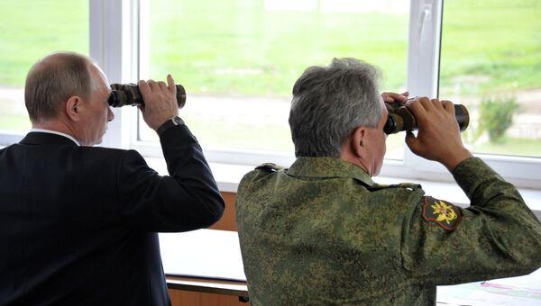В.Путин наблюдает за военными ученииями. Архивное фото