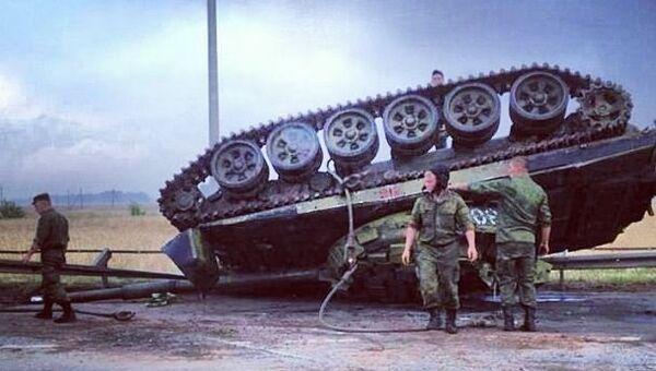 Танк съехал с прицепа и перевернулся в четверг в пригороде Казани