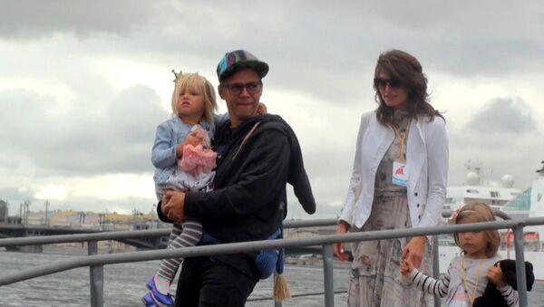 Лагутенко после кругосветного плавания сошел с трапа Седова с дочками