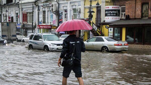 Затопленная дорога в центре Владивостока