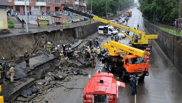 Разбор завалов на месте обрушения стены в Красноярске