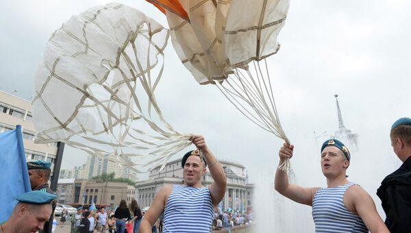 Празднование Дня ВДВ в Екатеринбурге на площади Советской Армии