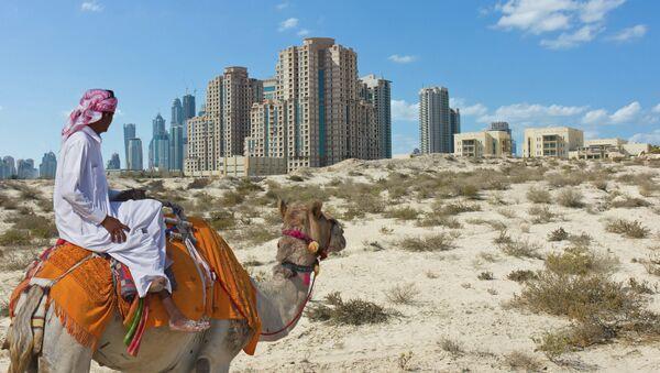 Бедуин на верблюде на фоне города Дубай, архивное фото