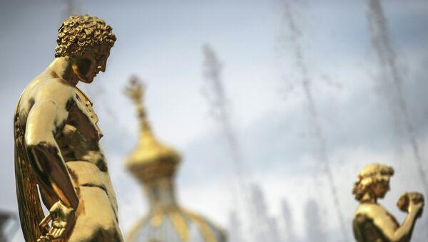 Cкульптуры в государственном музее-заповеднике Петергоф. Архивное фото