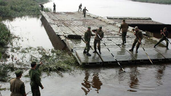 Наведение понтонного моста. Архивное фото