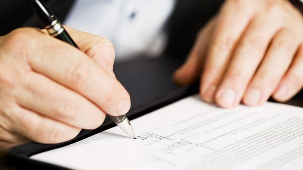 Подписание договора. Архивное фото