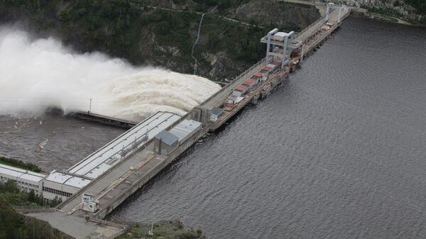 Сброс воды на Зейской ГЭС в Амурской области, архивное фото
