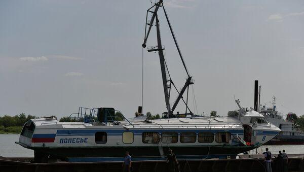 Работы по подъему потерпевшего крушение теплохода на реке Иртыш