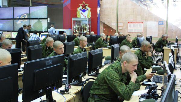 Военнослужащие за компьютерами. Архивное фото