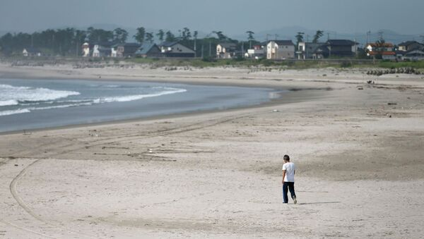 Пустой пляж рядом с АЭС Фукусима-1 в Японии