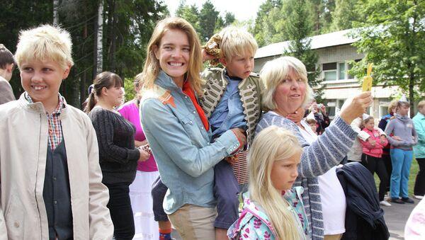 Наталья Водянова с сыновьями Лукасом и Виктором и дочерью Невой