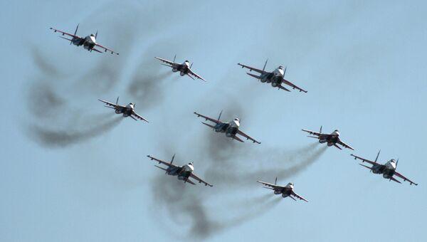 Пилотажные группы Русские витязи и Стрижи во время демонстрационного полета. Архивное фото