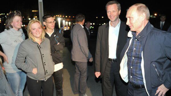 Президент РФ Владимир Путин разговаривает со студентами ДВФУ во время прогулки по набережной острова Русский.