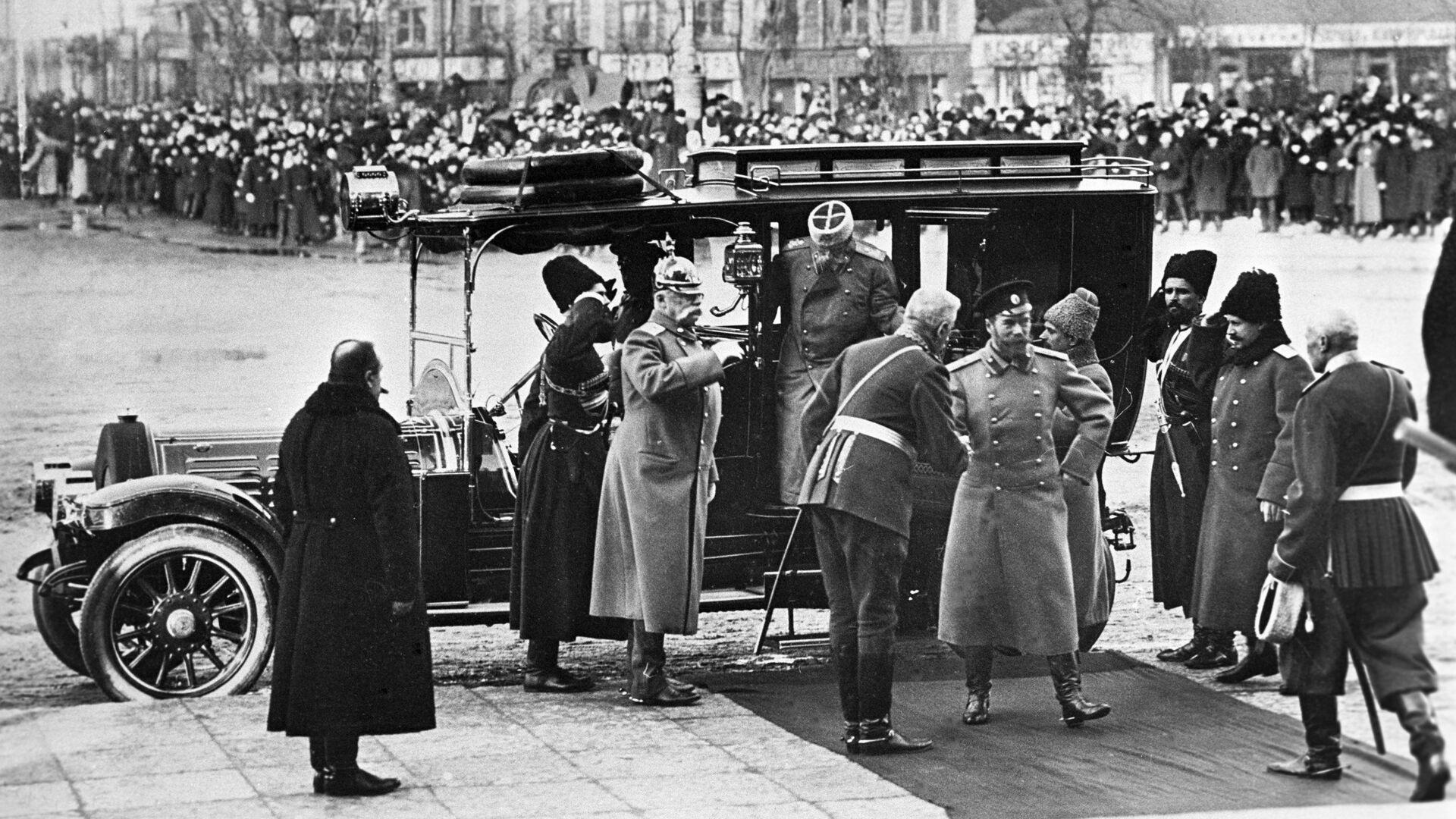 Император Николай II прибыл в Петербург для участия в праздновании 300-летия Дома Романовых. 1913 - РИА Новости, 1920, 31.08.2021