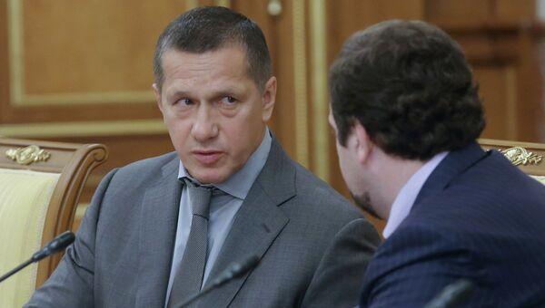 Заместитель председателя правительства РФ - полномочный представитель президента РФ в Дальневосточном федеральном округе Юрий Трутнев (слева)