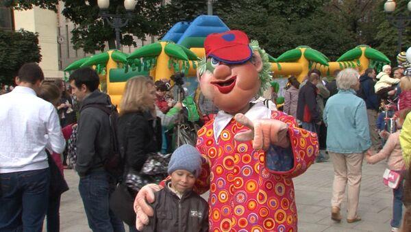 Ростовые куклы, жонглеры и дворники развлекали москвичей в День города