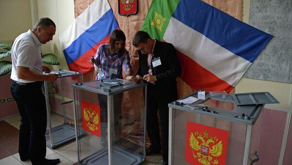 Сотрудники избирательной комиссии опечатывают урны для голосования перед началом выборов губернатора Республики Хакасия в Абакане. Архивное фото