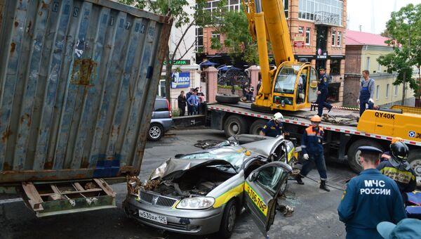 Авария с участием большегруза в центре во Владивостоке. Фото с места события.