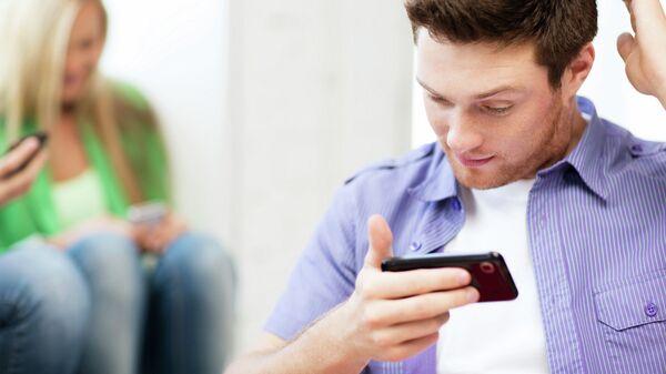 Мужчина читает смс. Архивное фото