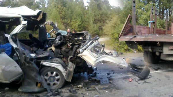 Микроавтобус смяло после столкновения с КамАЗом на трассе в Бурятии