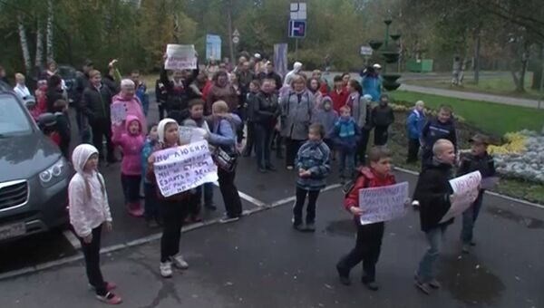 Ученики столичной школы № 740 во время протеста против закрытия учебного заведения за нарушение санитарных норм