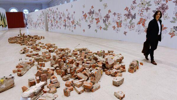 Экспонат Температура (фрагменты одежды и разрушений) работы Инь Сючжэнь
