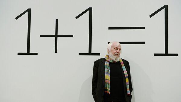 Американский художник-концептуалист Джон Балдессари во время показа своей выставки 1+1=1 в Центре современной культуры Гараж в Москве, событийное фото