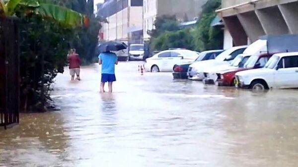 Жители Сочи по колено в воде передвигались по улицам после ливней