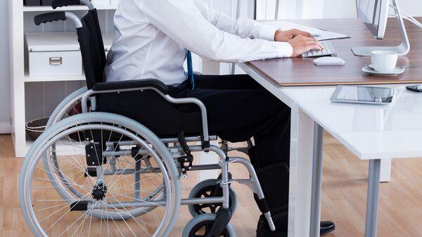 Человек с ограниченными возможностями за компьютером
