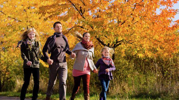 Семья на прогулке. Архивное фото