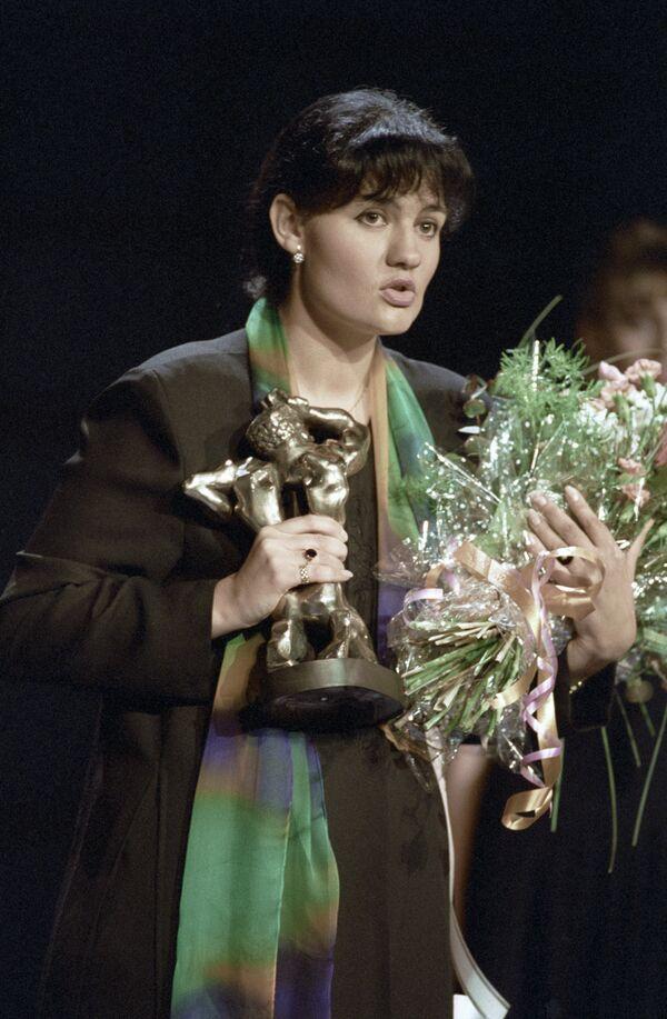 Репортер Елена Масюк награждена премией за репортаж из Чечни на вручении премии телеэфира «ТЭФИ» -95